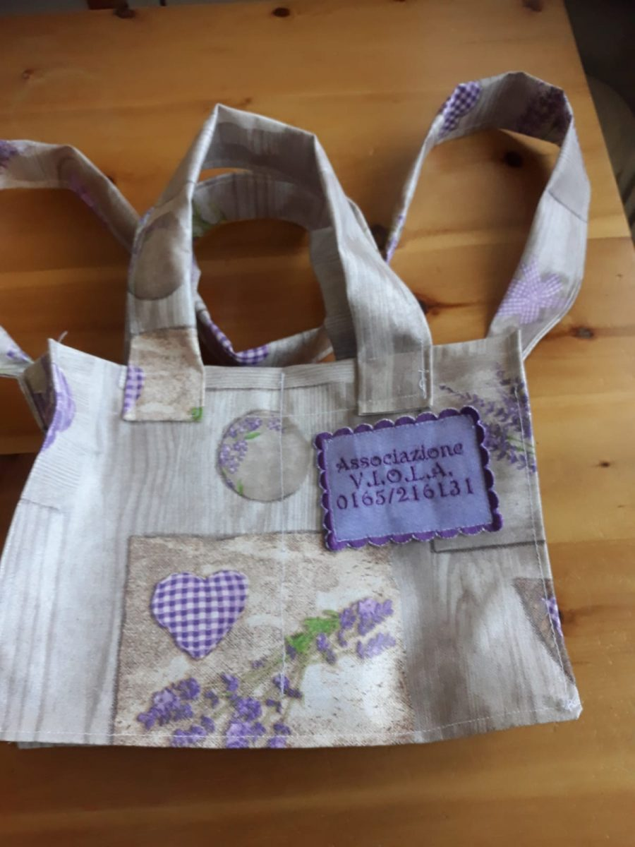 L'associazione V.I.O.L.A dona borsine di tessuto lavabile per le donne ricoverate