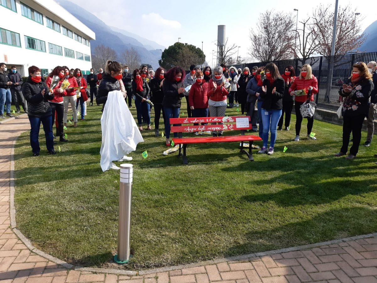 Uniendo Raices inaugura una panchina rossa contro la violenza sulle donne alla Thermoplay di Pont-Saint-Martin